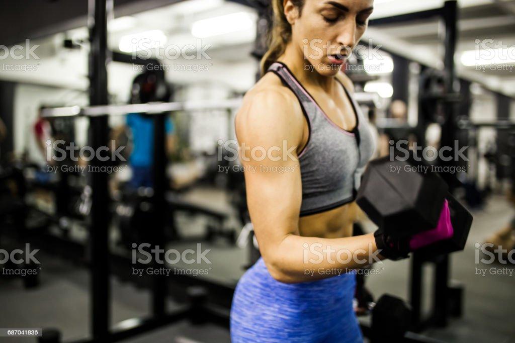 Hantel-Training in einem Fitnessstudio Lizenzfreies stock-foto