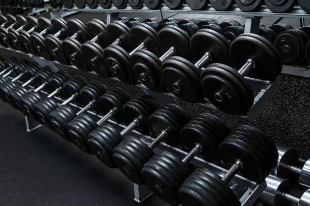 dumbbells in gym - peso foto e immagini stock