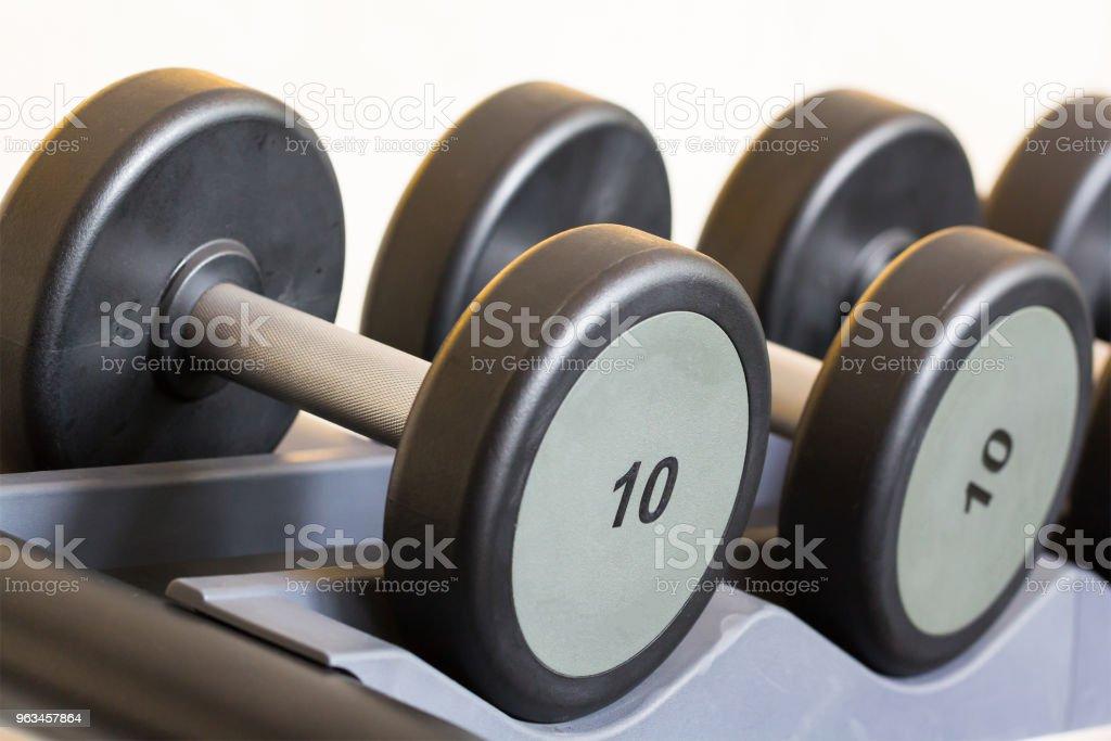 haltères sur la grille en acier au centre de formation de poids - Photo de Acier libre de droits