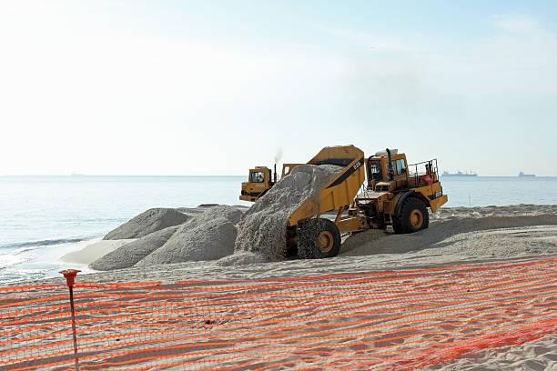 wywrotka dumpingu piasku na plaży - erodowany zdjęcia i obrazy z banku zdjęć