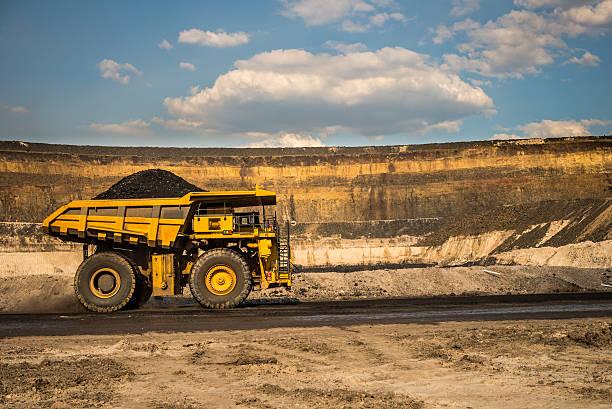 Kipper mit Kohle auf einer Strecke Road – Foto