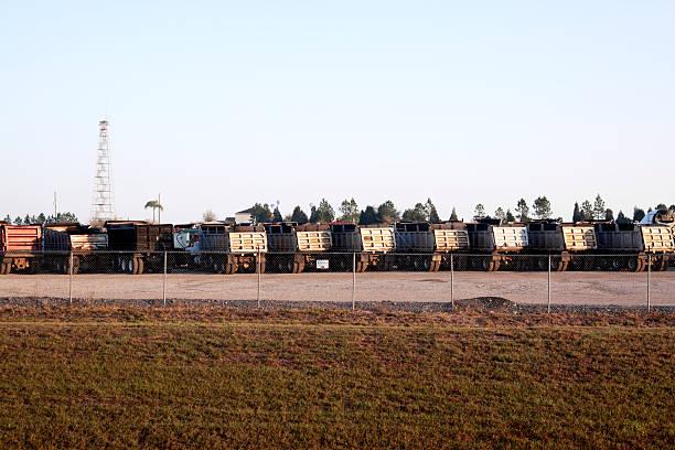 dump truck - maschendrahtzaun preis stock-fotos und bilder