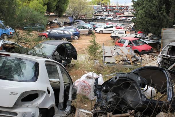 Décharge avec des voitures endommagées et écrasées - Photo