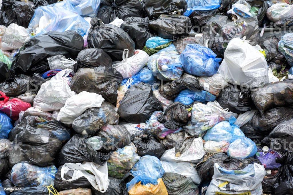 Abfalleimern erinnern noch heute an dieses Ereignis, komplett mit Müll – Foto