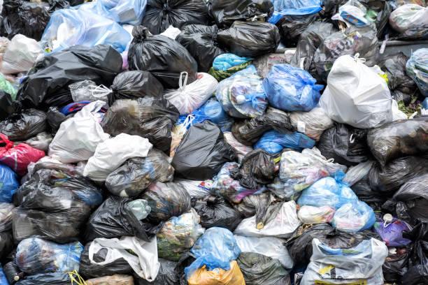 dumpsters être plein à ordures - sac en plastique photos et images de collection