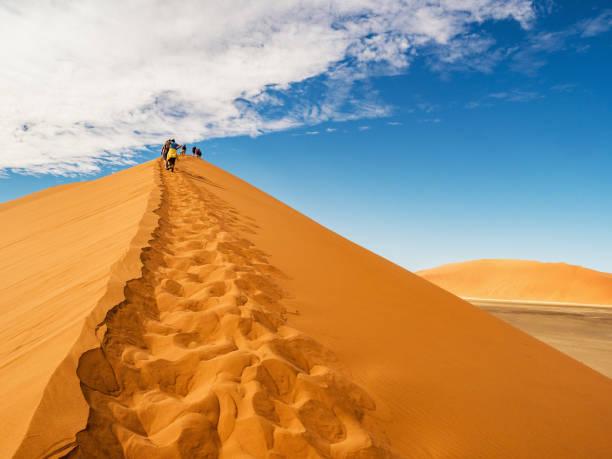 Düne 45 im Bereich Salzpfanne der Namib-Wüste in Namibia – Foto