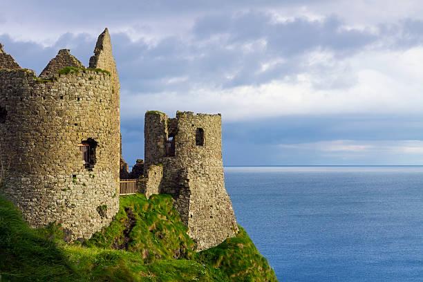 château de dunluce - irlande photos et images de collection