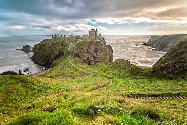 dunnottar castle im herbst - schottische kultur stock-fotos und bilder