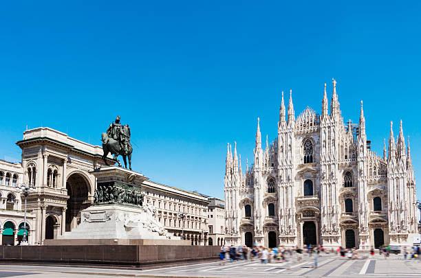 piazza del duomo, con statua di victor manu seconda.   milano, italia. - milano foto e immagini stock