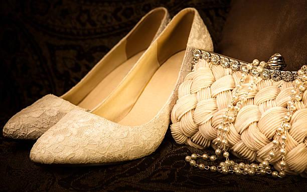 zweifarbige luxus-accessoires - goldhochzeitsschuhe stock-fotos und bilder