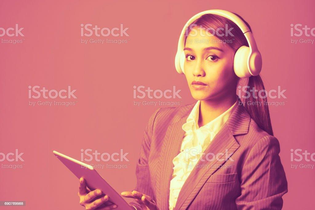 Deux Tons De La Musique écoute Jeune Femme Avec Les Tablet Pc Et