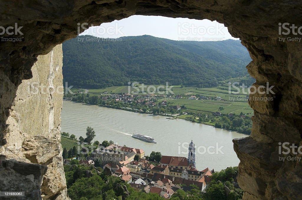 Durchblick in die Wachau auf Dürnstein mit Donauschiff querformat stock photo