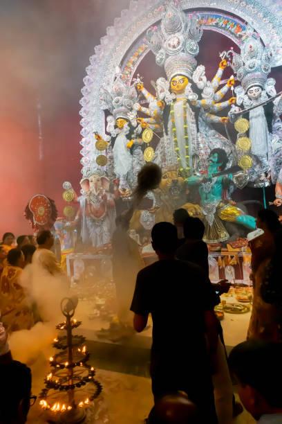 durga puja festival, inde - camera sculpture photos et images de collection