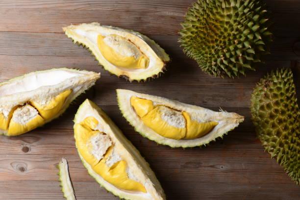 Durian riped e fresco, casca do Durian com cor amarela na tabela de madeira - foto de acervo