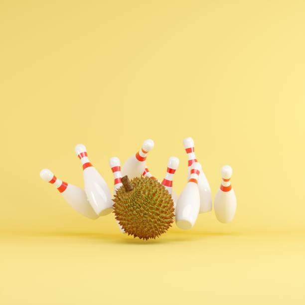 Durian Streik mit Bowling auf gelbem Hintergrund. Fruit Minimal Ideen Konzept. 3D-Rendern. – Foto