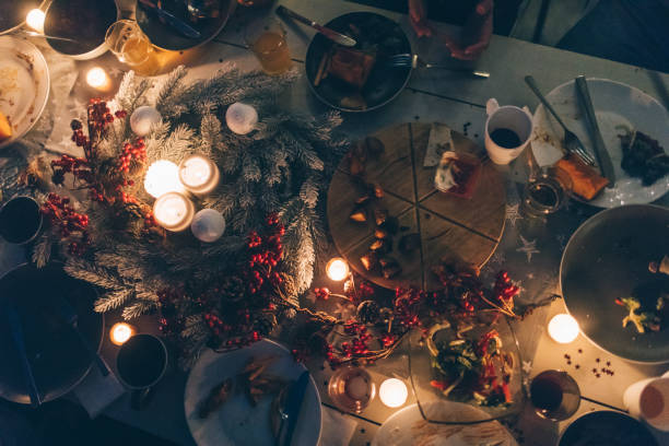 während thanksgiving-dinner... - herbst kerzen stock-fotos und bilder