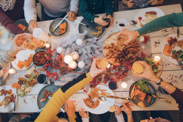 während der feier... - partysalate stock-fotos und bilder