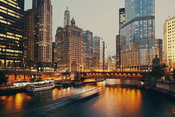 dusable bridge at twilight, chicago. - edificio hancock chicago fotografías e imágenes de stock