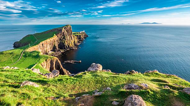 dusk at the neist point lighthouse in isle of skye - schottische kultur stock-fotos und bilder
