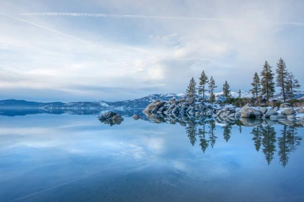 dämmerung über die gefrorene landschaft des lake tahoe im winter - lake tahoe winter stock-fotos und bilder