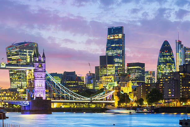 dusk-time view of Tower Bridge and financial district – Foto