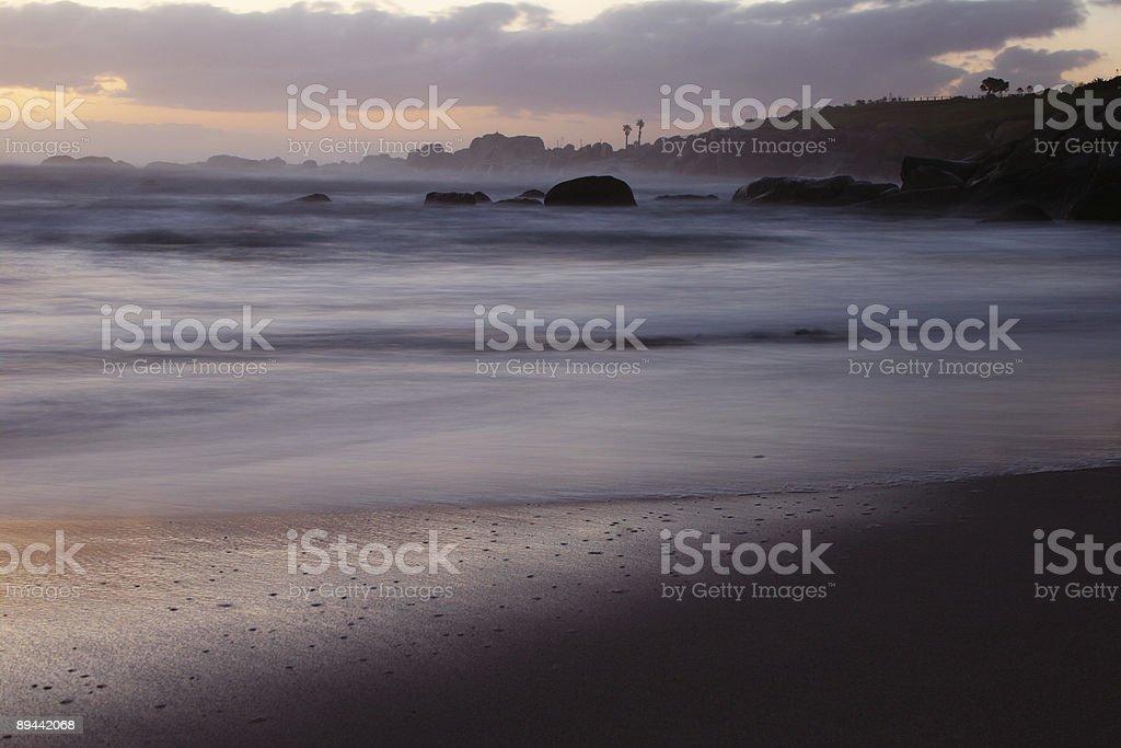 Riva del mare scuro foto stock royalty-free