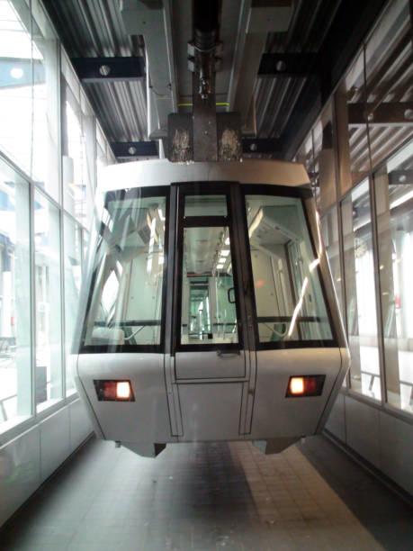 flughafen düsseldorf international sky train landschaft in deutschland westeuropa - nrw ticket stock-fotos und bilder