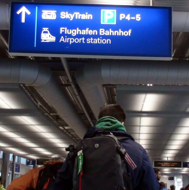 flughafen düsseldorf international sky train station und personenansicht in deutschland, europa - nrw ticket stock-fotos und bilder