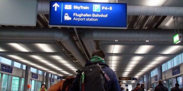 flughafen düsseldorf international sky train station und personenansicht in deutschland, westeuropa - nrw ticket stock-fotos und bilder
