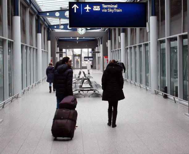 flughafen düsseldorf international sky train station und personenansicht in deutschland. europa - nrw ticket stock-fotos und bilder