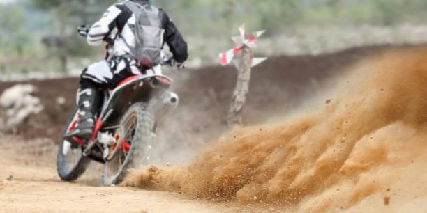 Projections de poussière de course de moto enduro - Photo