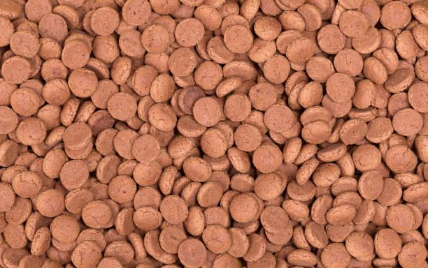 nederlands snoep genaamd 'pepernoten' - kruidnoten stockfoto's en -beelden