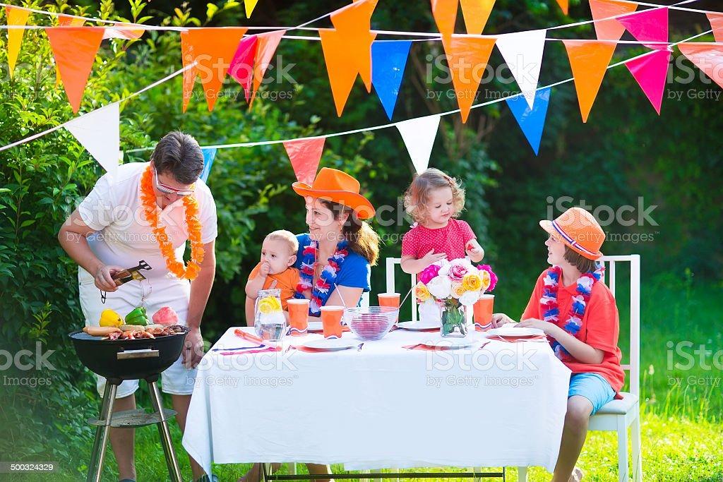 Dutch famille ayant un barbecue dans le jardin - Photo