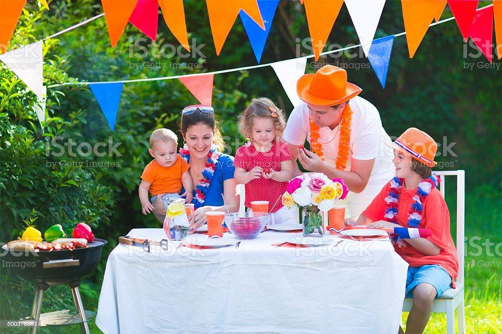 Famille néerlandaise a grill fête - Photo