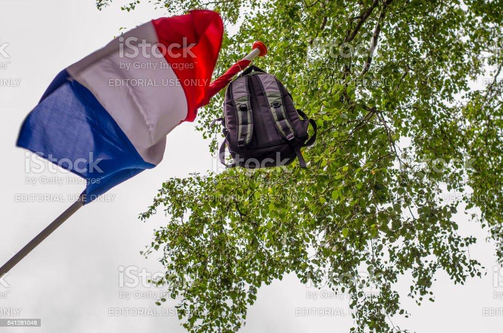 Bandera holandesa con bolsa de exámenes porque pasado - foto de stock