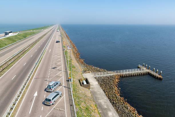 Nederlandse highway bij de afsluitdijk tussen Friesland en Noord-Holland foto
