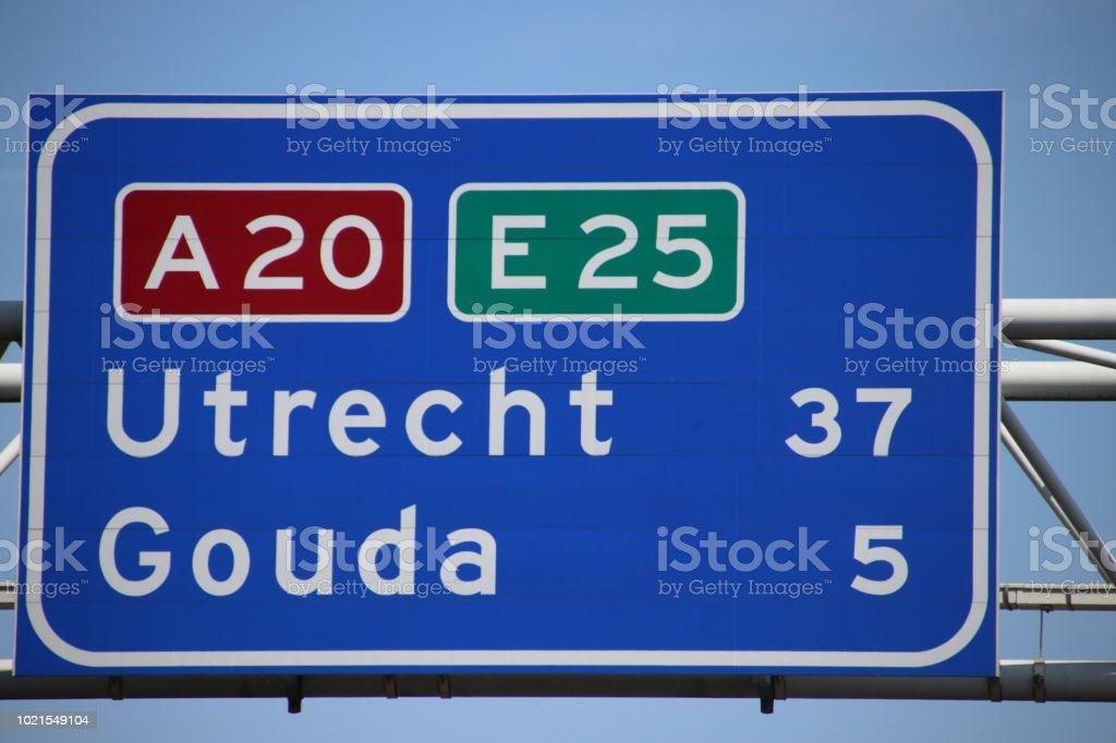 Nederlandse snelweg teken op de snelweg A20 E25 de kilometer afstand naar de stad Gouda en Utrecht foto