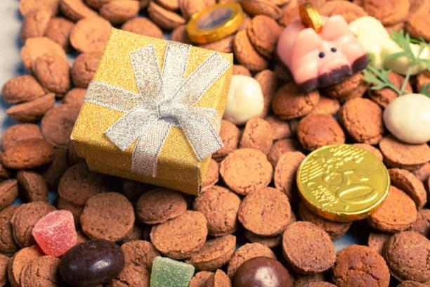 nederlandse feestdag sinterklaas achtergrond - cadeau sinterklaas stockfoto's en -beelden