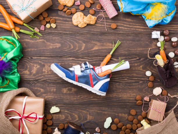 nederlandse vakantie sinterklaas achtergrond - cadeau sinterklaas stockfoto's en -beelden