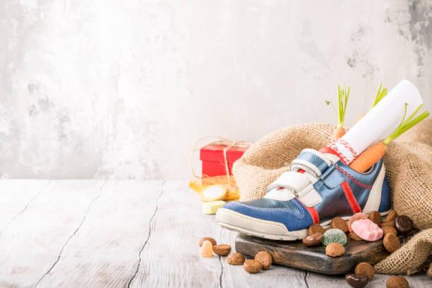 nederlandse vakantie sinterklaas samenstelling - cadeau sinterklaas stockfoto's en -beelden