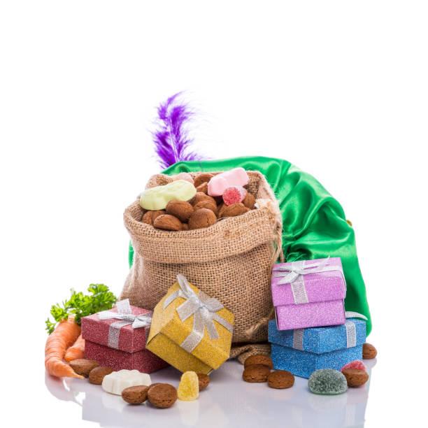 nederlandse vakantie sinterklaas - cadeau sinterklaas stockfoto's en -beelden