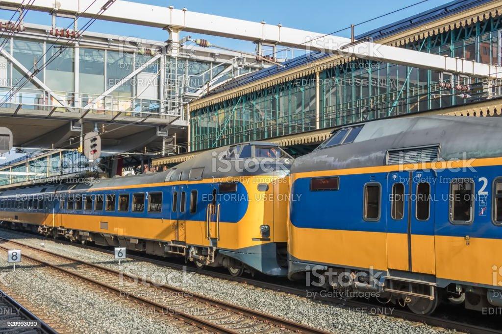 Niederländischer intercity Zug am Bahnhof von Den Bosch, Niederlande – Foto