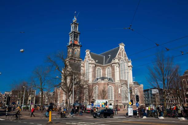 nederlandse protestantse westerse kerk gelegen aan de oude centrale wijk in amsterdam - westerkerk stockfoto's en -beelden