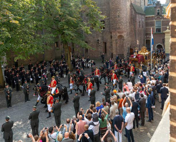 niederländische könige verlassen binnenhof während prinsjesdag in den haag - feiertage holland 2016 stock-fotos und bilder