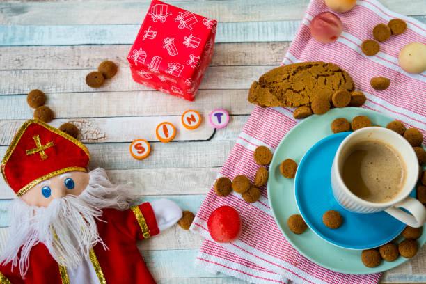 nederlandse sinterklaas voedsel, met marsepein, ginger nuts, kruidnoten, koekjes, pop, servet op houten backgrond - cadeau sinterklaas stockfoto's en -beelden