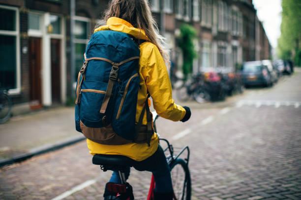 Niederländerin mit Fahrrad in Amsterdam – Foto