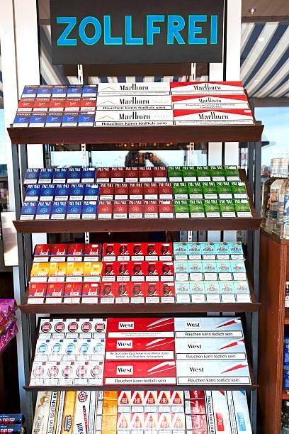 duty free sigarette - cigarettes in duty free foto e immagini stock