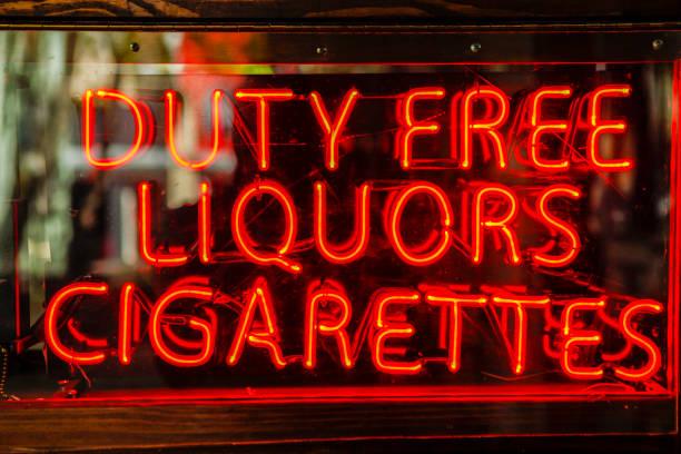 duty free liquors cigarettes neon sign - cigarettes in duty free foto e immagini stock