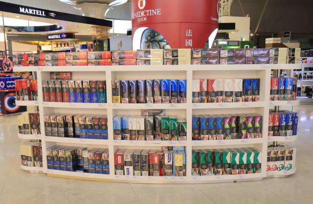 duty free shopping kuala lumpur international airport in malaysia - cigarettes in duty free foto e immagini stock