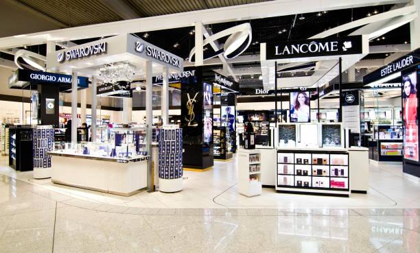 duty free shops at eleftherios venizelos airport in athens greece - brand name zdjęcia i obrazy z banku zdjęć